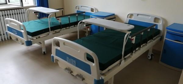 双摇护理床 配置缓冲餐桌板 四角静音轮 四挡铝合金折叠护栏